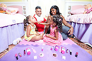 Belo Horizonte_MG, Brasil...Pais e filhas gemeas em Belo Horizonte, Minas Gerais...Parents and twin daughters portrait in Belo Horizonte, Minas Gerais. ..Foto: LEO DRUMOND / NITRO
