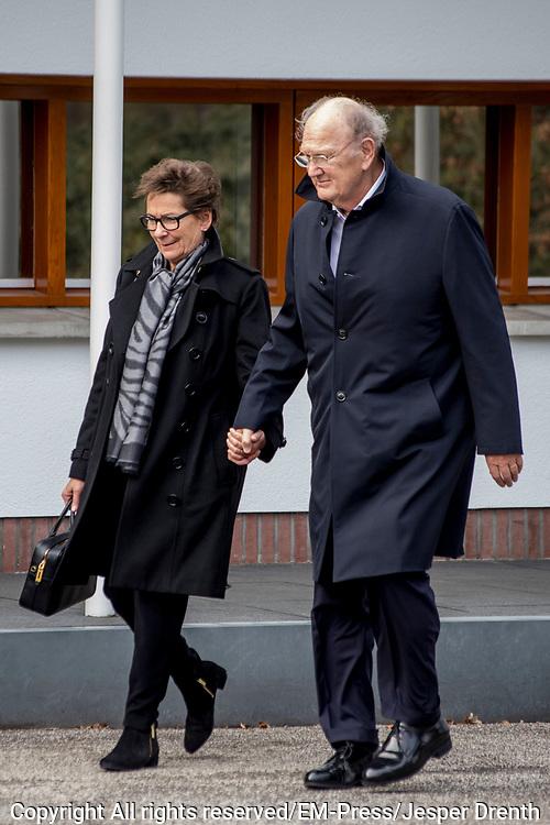 Uitvaart Mies Bouwman in een crematorium in Leusden.<br /> <br /> Op de foto:  Joop van den Ende en partner Janine