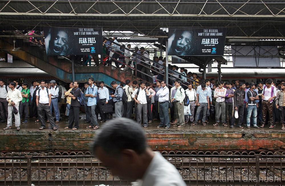 Morning commuters crowd platform at Dadar station in Mumbai, India on September 11, 2012.<br /> (Photo by Kuni Takahashi)