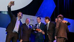 Top de Marketing ADVB 2017 ocorrido no teatro Bourbon Country. Na foto recebendo o troféu bronze, LUCIANO FORNASIER, GERENTE COMERCIAL DA ICATU SEGUROS E GERSON SEEFELD, DIRETOR EXECUTIVO SICREDI CENTRAL SUL SUDESTE. SÉRGIO MAIA, ALFREDO TELLECHEA E MAURO MABILDE FIZERAM A ENTREGA. FOTO: Marcos Nagelstein/Agência Preview