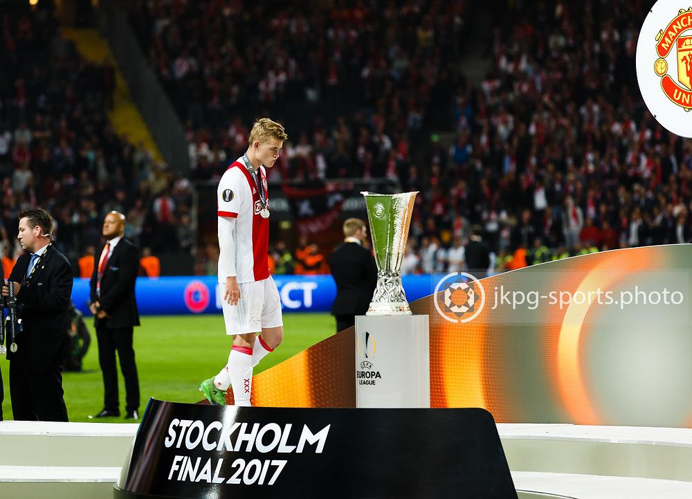 170524 Fotboll, Europa League Final, Ajax - Manchester United<br /> (30) Donny Van De Beek, AJAX deppar med silvermedaljen runt halsen n&auml;r han g&aring;r f&ouml;rbi pokalen.<br /> <br /> &copy; Daniel Malmberg/Jkpg Sports <br /> ***Betalbild***<br /> Se f&auml;ltet instruktioner/special instructions.