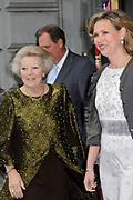 Hare Majesteit Koningin Beatrix wasvrijdagavond 22 juni in het Koninklijk Theater Carr&eacute; in Amsterdam de premi&egrave;re bij van de voorstelling The Life and Death of Marina Abramovic, als onderdeel van het Holland Festival. //// Her Majesty Queen Beatrix wasvrijdagavond 22 June in the Royal Theatre Carr&eacute; in Amsterdam at the premiere of the show The Life and Death of Marina Abramovic, as part of the Holland Festival.<br /> <br /> Op de foto / On the photo: Koningin Beatrix en Madeleine van der Zwaan, directeur van Carre