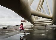 Nederland, Hoek van Holland, 22 maart 2008.Informatieve rondleiding over de Maeslantkering. Bij een dreigende overstroming vanuit zee sluiten twee enorme witte deuren de Nieuwe Waterweg af. Op deze manier wordt Zuid-Holland beschermd tegen het hoge water.  Eerst even kijken bij de maquette, daarna loopt de rondleiding onder de echte kering. Indrukwekkend hoe groot en zwaar de kering gebouwd is. De kering is een van de pronkstukken van de Deltawerken, er komen veel buitenlanders kijken...Foto (c) Michiel Wijnbergh