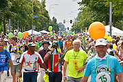 Nederland, Nijmegen, 24-7-2015Het vierdaagselegioen loopt over de Via Gladiola Nijmegen binnen. Na een feestelijke intocht volgt de uiteindelijke finish en het ophalen van het kruisje, vierdaagsekruisje, op de Wedren. Iedere deelnemer krijgt een bloem, gladiool, uitgerijkt. The International Four Day Marches Nijmegen is the largest marching event in the world. It is organized every year in Nijmegen mid-July as a means of promoting sport and exercise. Participants walk 30, 40 or 50 kilometers daily, and on completion, receive a royally approved medal, Vierdaagsekruis.The participants are mostly civilians, but there are also a few thousand military participants. In 2004 a restriction on the maximum number of registrations is set to 45,000. More than a hundred countries have been represented in the Marches over the years.Foto: Flip Franssen/Hollandse Hoogte