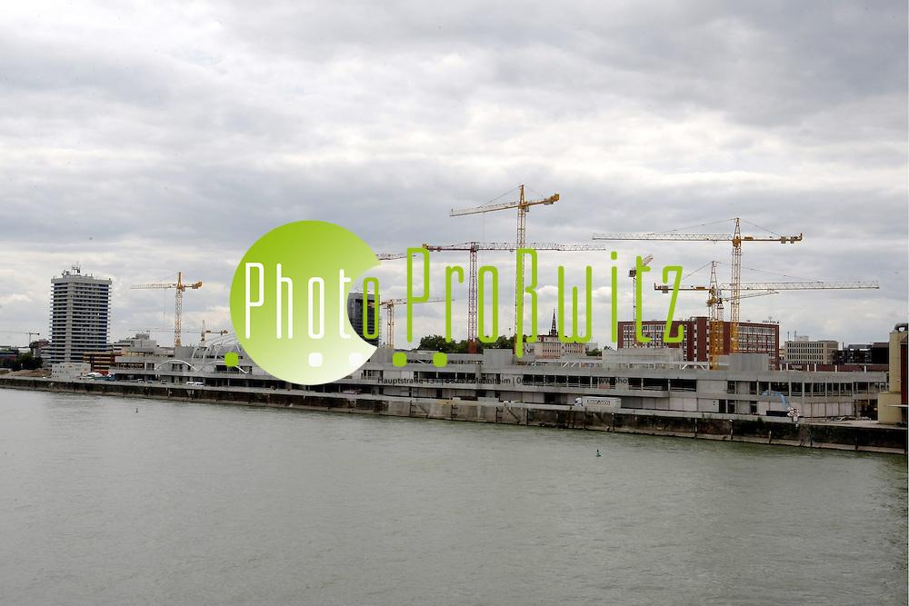 Ludwigshafen. Groflbaustelle. Rheingalerie. Eine riesige Shopping-Mall wird errichtet. Die St&permil;hlerne Dachkonstruktion wird von der Mitte des Rohbaus montiert.<br /> <br /> <br /> Bild: Markus Proflwitz / masterpress /  <br /> <br /> ++++ Archivbilder und weitere Motive finden Sie auch in unserem OnlineArchiv. www.masterpress.org oder &cedil;ber das Metropolregion Rhein-Neckar Bildportal   ++++
