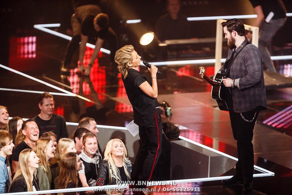 NLD/Hilversum/20160129 - Finale The Voice of Holland 2016, Dave Vermeulen met Wendy van Dijk en Sanne Hansen in het publiek
