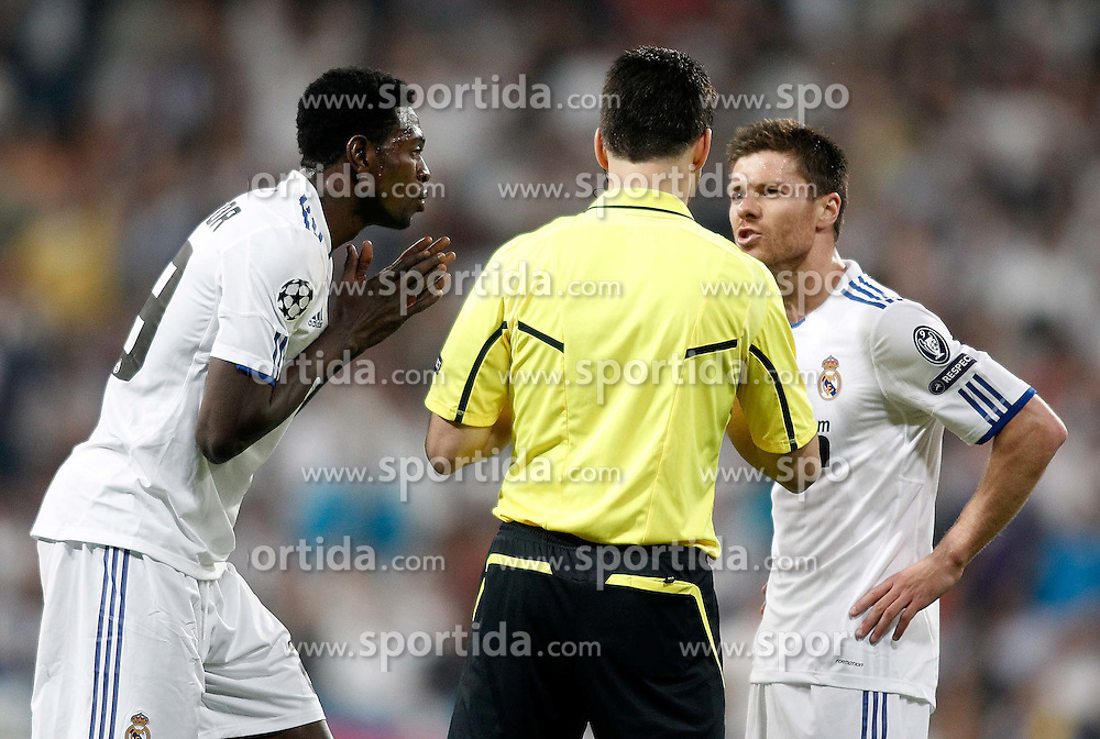 27.04.2011, Estadio Santiago Bernabeu, Madrid, ESP, UEFA CL, Halbfinale, Hinspiel, Real Madrid CF (ESP) vs FC Barcelona (ESP), im Bild Referee Wolfgang Stark argues with Real Madrid's Emmanuel Adebayor and Xabi Alonso during Champions League match in Madrid. April 27, 2011, EXPA Pictures © 2011, PhotoCredit: EXPA/ Alterphotos/ Alvaro Hernandez