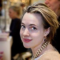 Nederland, Amsterdam , 6 maart 2010..Schrijfster Sophie van der Stap tijdens de signeersessies in de Bijenkorf voorafgaande aan de Boekenweek 2010..Foto:Jean-Pierre Jans