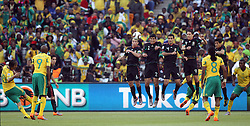 11.06.2010, Soccer City Stadium, Johannesburg, RSA, FIFA WM 2010, Südafrika (RSA) vs Mexico (MEX), im Bild Steven Pienaar of South Africa bends his free kick over the Mexican wall, EXPA Pictures © 2010, PhotoCredit: EXPA/ IPS/ Mark Atkins
