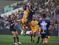 Ollie Lawrence of Worcester Warriors and Juan de Jongh of Wasps battle for the ball - Mandatory by-line: Alex James/JMP - 25/01/2020 - RUGBY - Sixways Stadium - Worcester, England - Worcester Warriors v Wasps - Gallagher Premiership Rugby