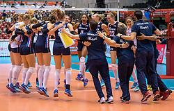 20-05-2016 JAP: OKT Italie - Nederland, Tokio<br /> De Nederlandse volleybalsters hebben een klinkende 3-0 overwinning geboekt op Italië, dat bij het OKT in Japan nog ongeslagen was. Het met veel zelfvertrouwen spelende Oranje zegevierde met 25-21, 25-21 en 25-14 / Speelsters en staf vieren feest