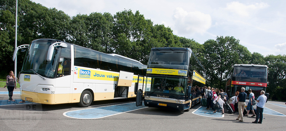 Bij de busopstapplaats bij Muziekcentrum Leidsche RIjn in Utrecht, staan bussen klaar om jongeren mee te nemen op vakantie.<br /> <br /> At the busstop nearby the music center in Utrecht, buses are waiting for youngsters to go on holiday.
