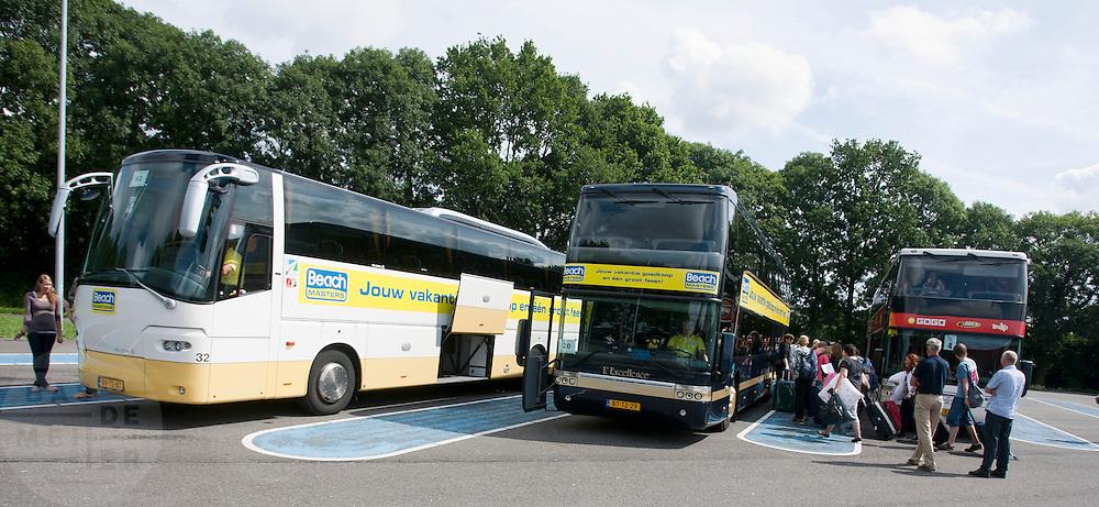 Bij de busopstapplaats bij Muziekcentrum Leidsche RIjn in Utrecht, staan bussen klaar om jongeren mee te nemen op vakantie.<br /> <br /> At the busstop nearby the music center in Utrecht, buses are waiting for youngsters to go on holiday.