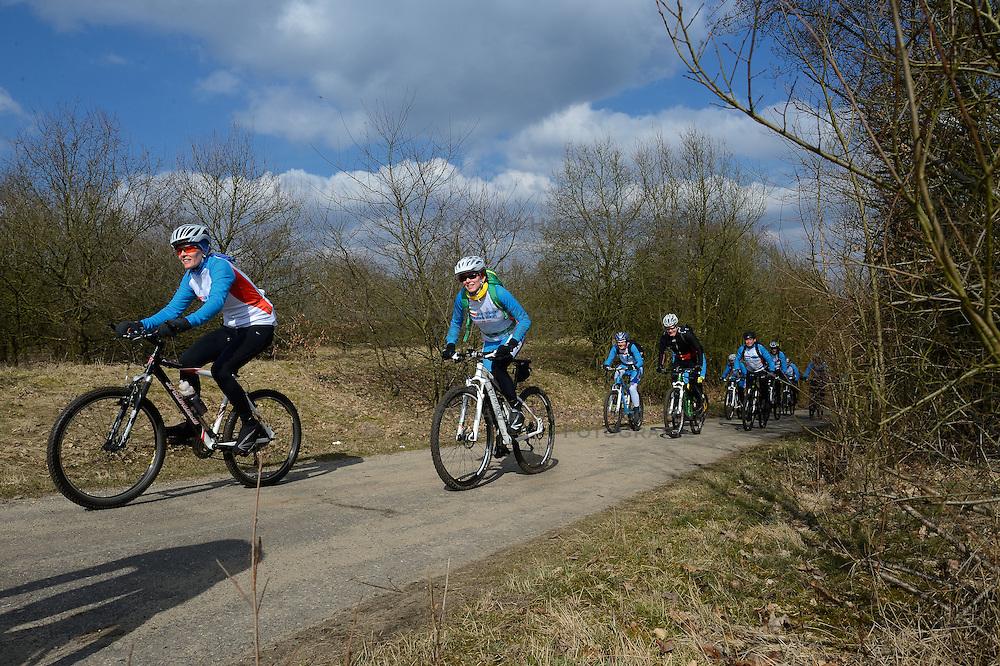 01-04-2013 ALGEMEEN: WE BIKE 2 CHANGE DIABETES: ARNHEM<br /> In de bossen bij Papendal werd de tweede meeting van de BvdGf gehouden met een fotosessie en een stukje biken / Nicole, Marion<br /> &copy;2013-FotoHoogendoorn.nl
