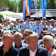 Lars Løkke-Rasmussen og Inge Støjberg lytter til introduktion af Kristian Jensen. Fællessang før Venstre's indlæg påTalerstolen.