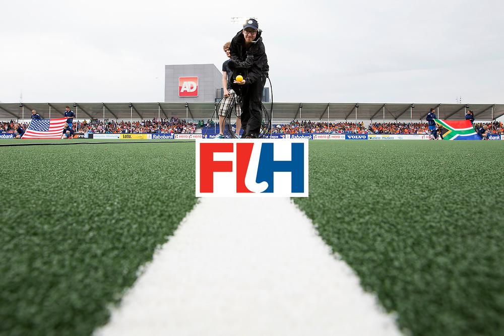 THE HAGUE - Rabobank Hockey World Cup 2014 - 10-06-2014 - WOMEN - USA - SOUTH AFRICA - Cameraman aan het werk.<br /> Copyright: Willem Vernes