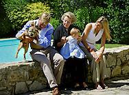ITALY-20040709-TAVARNELLE VAL DI PESA: Maxima en Willem Alexander en hun dochter Amalia bij het vakantie huis van Beatrix de naam van het huis Roca Dei Draconie Alexander tilt de hond Mac op