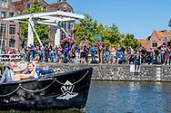Hoorn - Koning Willem-Alexander en koningin Maxima bezoeken Vaartocht door haven van Hoorn tijdens een streekbezoek aan West-Friesland. ANP ROYAL IMAGES ROBIN UTRECHT / NETHERLANDS ONLY