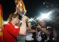"""FUSSBALL EUROPAMEISTERSCHAFT 2008  Finale Deutschland - Spanien    29.06.2008 Der 0:1 Siegtorschuetze Fernando Torres (SPA) jubelt mit dem Pokal """" Henri Delaunay"""" ueber den EM-Titel"""
