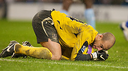 MANCHESTER, ENGLAND - Monday, February 25, 2008: Everton's goalkeeper Tim Howard clutches the ball to his chest during his side's 2-0 victory over Manchester City during the Premiership match at the City of Manchester Stadium. (Photo by David Rawcliffe/Propaganda)