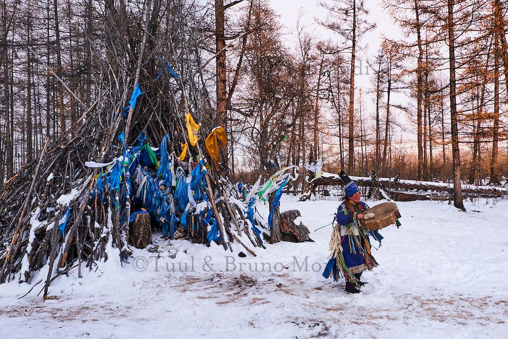 Mongolie, province de Khovsgol, chaman, cérémonie chamanqiue auprès d'un ovoo sacré // Mongolia, Khovsgol province, shaman, shamanic ritual near a sacred ovoo