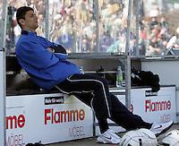 Jena , 080407 , Saison 2006/2007 ; Fussball 2.Bundesliga Greuther Fuerth - FC Carl Zeiss Jena  Georgi LOMAIA (Jena) sitzt nach seiner Verletzung auf der Bank