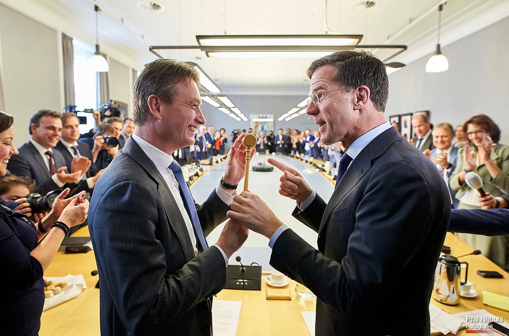 Nederland, Den Haag, 16 maart 2017 -  VVD fractievoorzitter Mark Rutte en Halbe  Zijlstra tijdens de eerste Fractievergadering van de VVD na de verkiezingen. Foto; Phil Nijhuis