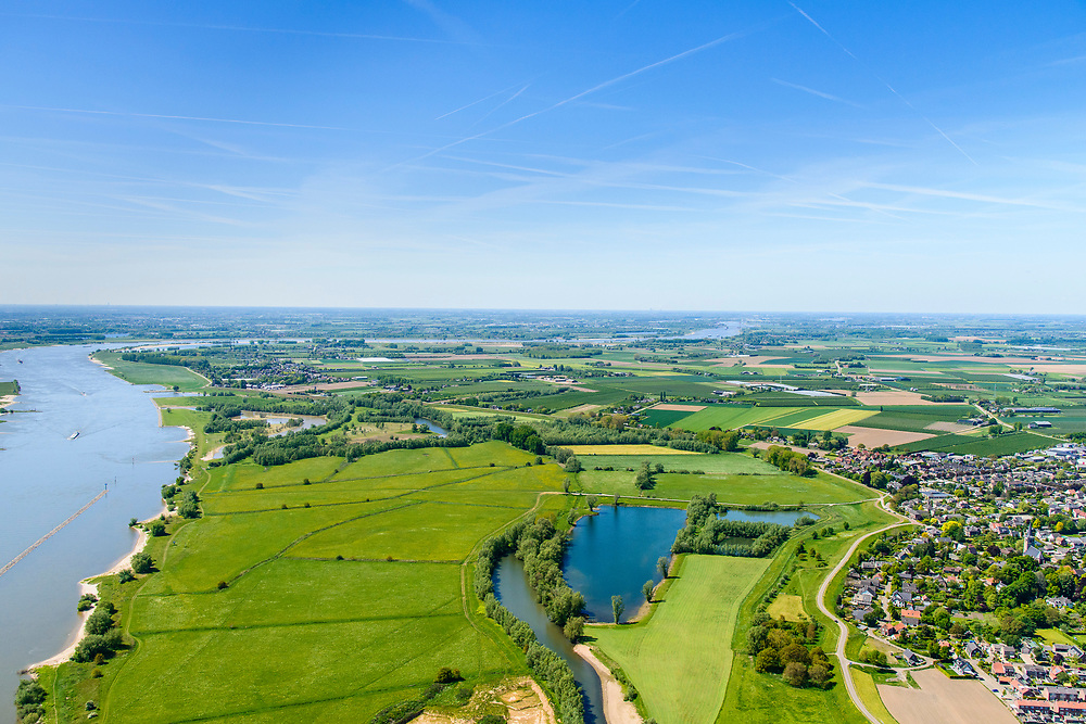 Nederland, Gelderland,  West Betuwe, 13-05-2019;  Waal en Waalbandijk  bij Ophemert. <br /> Waal and Waalbandijk near Ophemert.<br /> aerial photo (additional fee required);<br /> luchtfoto (toeslag op standard tarieven);<br /> copyright foto/photo Siebe Swart