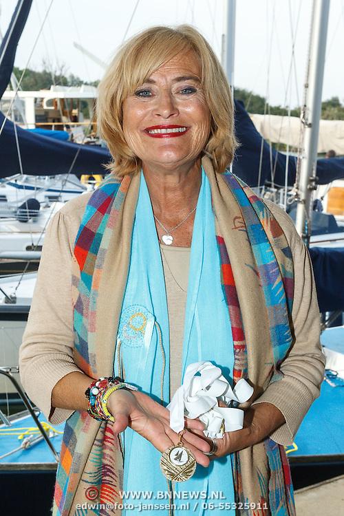 Uitreiking CosmoQueen Award 2015 aan Paulien Huizinga, Vivian Boelen