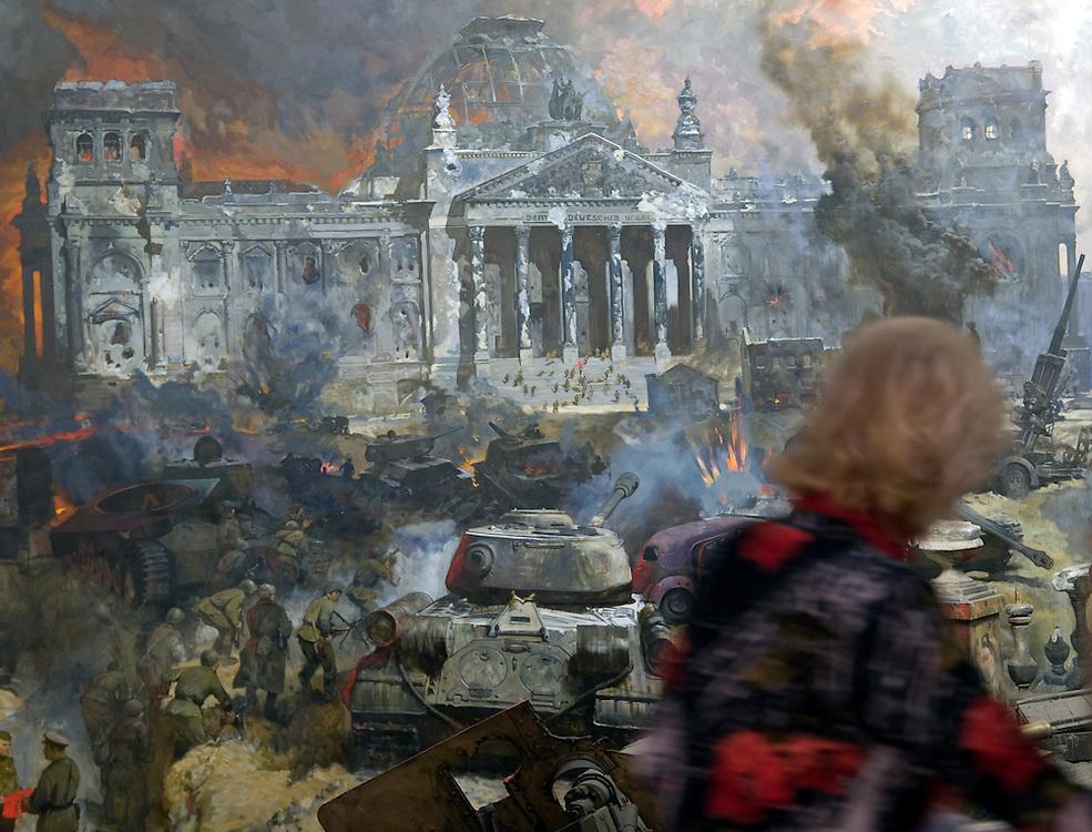 """Moskau/Russische Foederation, RUS, 10.05.2008: Besucher betrachten ein drei dimensionales Diorama welches die Schlacht um den Reichstag in Berlin waehrend des 2. Weltkriegs darstellt. Das ganze im Museum des Grossen Vaterlaendischen Krieges in Moskau. Das Museum befindet sich auf dem Berg """"Poklonnaja Gora"""". Verbunden damit ist der sogenannte Siegespark mit einer offenen Darstellung von militaerischen Fahrzeugen, Flugzeugen und Kanonen.<br /> <br /> Moscow/Russian Federation, RUS, 10.05.2008: Visitors viewing a three-dimensional model (diorama) about the battle at the Reichstag in Berlin during the Second World War at the Museum of the Great Patriotic War in Moscow at Poklonnaya Gora (Bowing Hill). Featured is the Victory Park with an open display of military vehicles, aircraft, cannons and the Central Museum building of the Great Patriotic War."""