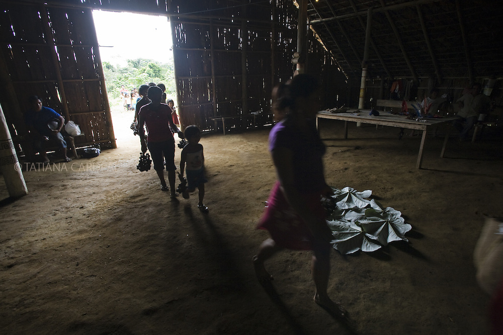 Rescuing their ancestor's traditions at the House of Knowledge, the indigenous people group living at Itacoatiara Mirim community, nearby São Gabriel da Cachoeira town, face the difficulties of transitions and the shock of the economic development impact in the extreme northeast of Amazonas state. They seek how to preserve identities, cultural values, while an avalanche of new economic needs are born every day.