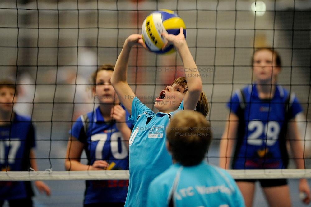 28-02-2009 VOLLEYBAL: ASICS OPEN: WOERDEN<br /> De Asics Open zijn met de halve finales begonnen oa in Woerden met jongens en meisjes CMV  - VTC Woerden<br /> &copy;2009-WWW.FOTOHOOGENDOORN.NL