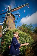Prinses Beatrix der Nederlanden verricht zaterdagochtend 14 oktober de heringebruikstelling van de G