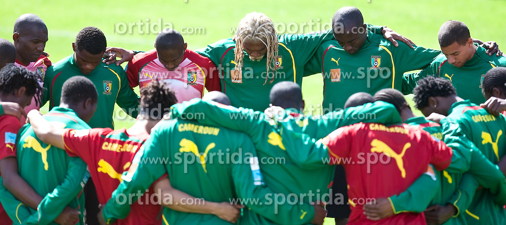 21.05.2010, Dolomitenstadion, Lienz, AUT, WM Vorbereitung, Kamerun Training im Bild vor dem Training beteten die Spieler aus Kamerun, EXPA Pictures © 2010, PhotoCredit: EXPA/ J. Feichter / SPORTIDA PHOTO AGENCY