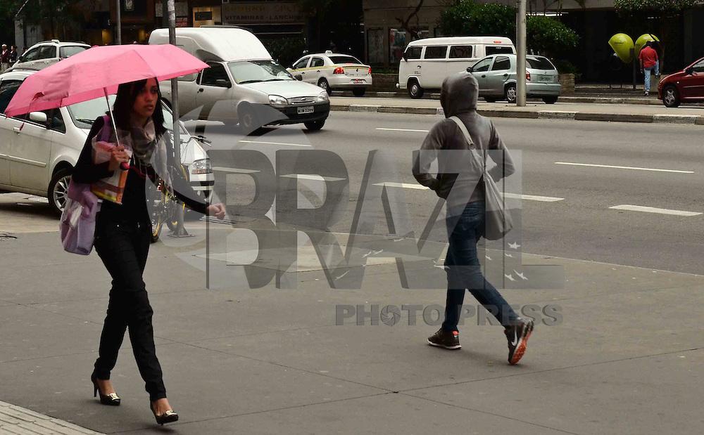 SAO PAULO, SP, 28 DE MARCO DE 2012 - CLIMA TEMPO SP - Queda de temperatura na manha desta quarta-feira, na Avendida Paulista, regiao central da capital. FOTO: ALEXANDRE MOREIRA - BRAZIL PHOTO PRESS