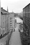 Huset till höger vid trappan i Pustegränd var fallfärdigt. Men det revs inte, idag är det renoverat och fint.
