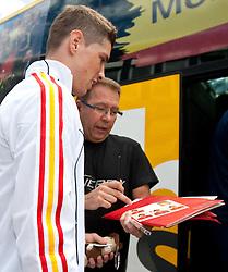 28.05.2010, Flughafen, Innsbruck, AUT, FIFA Worldcup Vorbereitung, Ankunft Spanien, im Bild Fernando Torres gibt Fan Autogramm im Paninialbum, EXPA Pictures © 2010, PhotoCredit: EXPA/ J. Groder / SPORTIDA PHOTO AGENCY