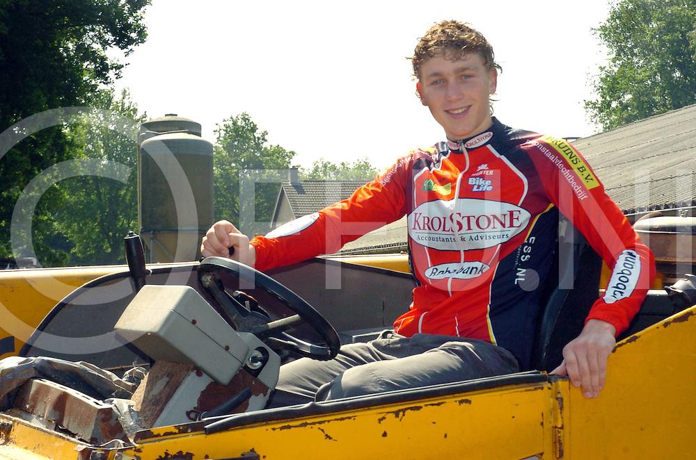 060608, schuinesloot,ned<br /> Coen Vermeltfoort jeugdige wielrenner helpt zijn vader op de boerderij met de shovel.<br /> fotografie frank uijlenbroek&copy;2006 frank uijlenbroek