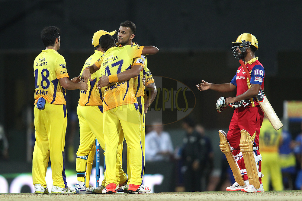 Dwayne Bravo of Chennai Super Kings and Ishwar Pandey of Chennai Super Kings celebrate as Chennai Super Kings beat Royal Challengers Bangalore during match 37 of the Pepsi IPL 2015 (Indian Premier League) between The Chennai Superkings and The Royal Challengers Bangalore held at the M. A. Chidambaram Stadium, Chennai Stadium in Chennai, India on the 4th May April 2015.<br /> <br /> Photo by:  Shaun Roy / SPORTZPICS / IPL