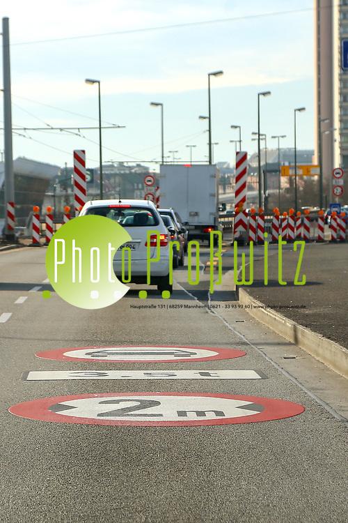 Ludwigshafen. 10.01.18 | <br /> Hochstra&szlig;e S&uuml;d. Aktive Geschwindigkeitsreduzierung und LKW Durchfahrtssperre wegen Br&uuml;ckensch&auml;den. Schilder auf der Hochstra&szlig;e S&uuml;d (B 37) aus Richtung Mannheim kommend vor der Lkw-Sperre. Diese zeigen noch 2 Meter als Maximalbreite an.<br /> <br /> Bild: Markus Prosswitz 10JAN18 / masterpress (Bild ist honorarpflichtig - No Model Release!) <br /> BILD- ID 00050 |