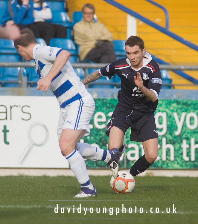 Dundee's Jamie McCluskey runs at Greenock Morton's Ross Forsyth - Greenock Morton v Dundee, Irn Bru Scottish Football League First Division at Cappielow..© David Young - 5 Foundry Place - Monifieth - DD5 4BB - Telephone 07765 252616 - email; davidyoungphoto@ggmail.com - web; davidyoungphoto.co.uk