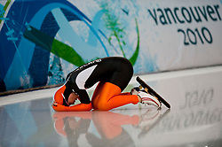 Olympic Winter Games Vancouver 2010 - Olympische Winter Spiele Vancouver 2010, Speed Skating (Ladies' 500 m), Eisschnelllauf, Annette Gerritsen, NED, collects her thoughts after crashing in the Women's 500m speed skating competition during the 2010 Vancouver Winter Olympics at the Richmond Olympic Oval in Richmond, British Columbia, Tuesday, Feb. 16, 2010. *** Photo by newsport / HOCH ZWEI / SPORTIDA.com.