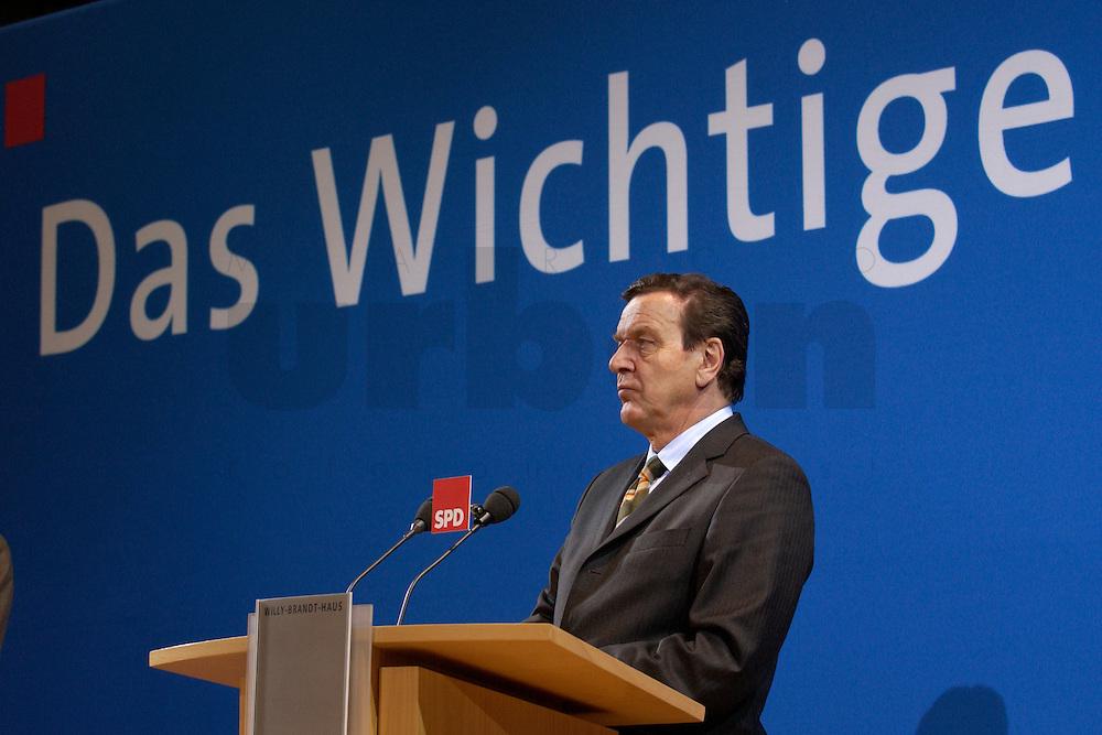 07 FEB 2004, BERLIN/GERMANY:<br /> Gerhard Schroeder, SPD, Bundeskanzler, waehrend einer Pressekonferenz zu den Ergebnissen der Sondesitzung des SPD Praesidiums und Parteivorstandes nach der Bekanntgabe des Ruecktritts des Parteivorsitzenden, Willy-Brandt-Haus<br /> IMAGE: 20040207-01-033<br /> KEYWORDS: R&uuml;cktritt, Gerhard Schr&ouml;der, Franz M&uuml;ntefering