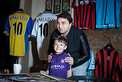 © Licensed to London News Pictures . 29/10/2018. Manchester , UK . Former Manchester City footballer GEORGI KINKLADZE meets GEORGE CLOUGH (six), who is named after Kinkladze . Georgi Kinkladze signs shirts and posters and meets fans at the Classic Football Shirts shop in Barton Arcade in Manchester City Centre . Photo credit : Joel Goodman/LNP