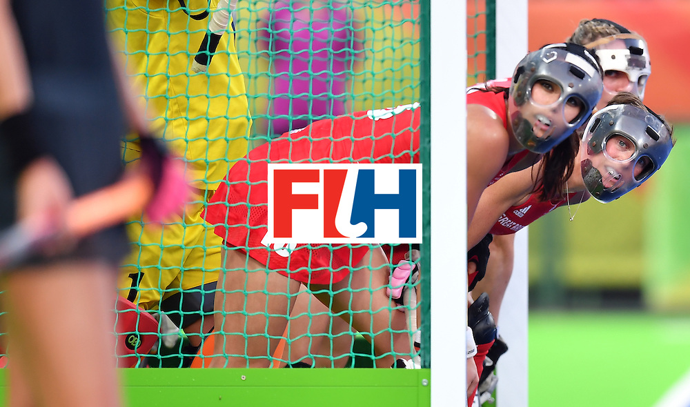 Britain's Sam Quek (L) defends her goal with teammates during the women's Gold medal hockey Netherlands vs Britain match of the Rio 2016 Olympics Games at the Olympic Hockey Centre in Rio de Janeiro on August 19, 2016. / AFP / MANAN VATSYAYANA        (Photo credit should read MANAN VATSYAYANA/AFP/Getty Images)