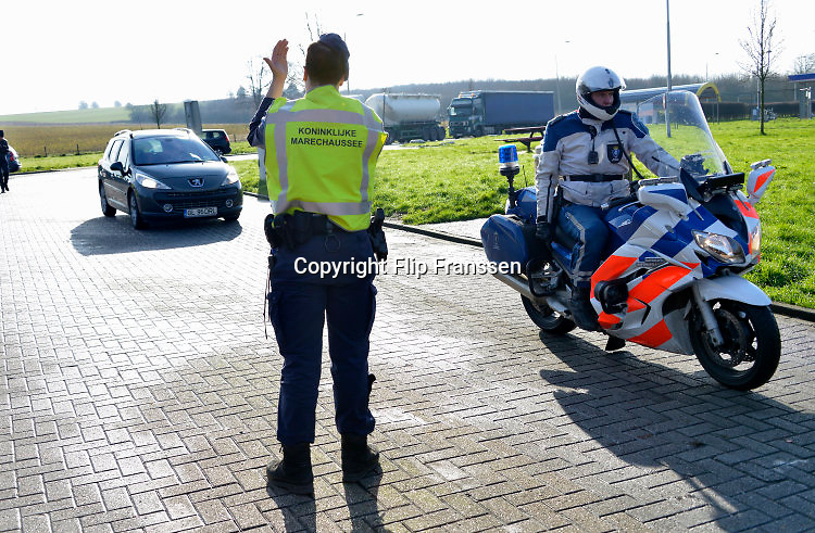 The Netherlands, Nederland, Eijsden,11-2-2016Extra grenscontrole op de A2 door de marechaussee op verkeer uit Belgie op mensensmokkel.Extra border securiyy on the N325 higway by the Military Police at the border with Belgium. Foto: Flip Franssen / Hollandse Hoogte