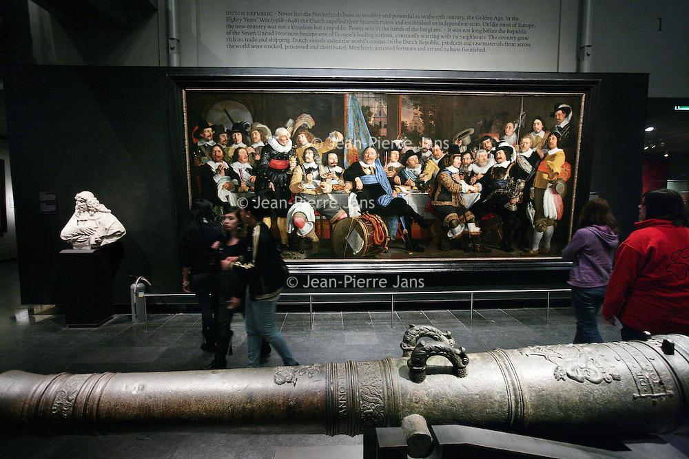Nederland, Amsterdam , 17 december 2010..Museumbezoekers in het Rijksmuseum tijdens de verbouwing..Visitors in the Rijksmuseum during renovation and construction works.