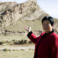 YONGCHANG :  das Medium Li Jinglan zeigt auf den  heiligen Berg, der das Grab von 3 Kaempfern beschuetzen soll.