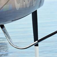 Superbe journée , a peine a l eau les bateaux et les equipages filent directement en mer pour une premiere session d entrainement , le rendez vous est avec le skipper d ENGIE Sebastien Rogues , il arrive de l aeroport ravi de re décoller si vite avec ses équipiers ,debut d une belle navigation en compagnie du coach de l equipe , Le GC32, un catamaran de 32 pieds soit un peu moins de 10 mètres de long, est capable de « décoller » de l'eau dès 8 nœuds de vent (Force 2). Cette petite merveille de technologies est capable d'atteindre des vitesses encore impensables il y a peu. Son pilotage, très technique et très physique, demande un gros engagement de la part de l'équipage.