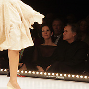 NLD/Amsterdam/20080330 - Modeshow Monique Collignon 2008 Circle, Annemarie van Gaal en Frans de Vlieger kijkend naar de modeshow
